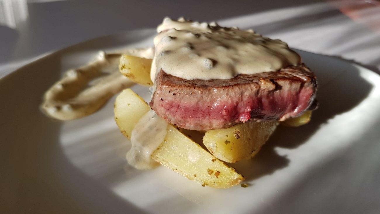 Beefsteak u umaku od zelenog papra s krumpirićima