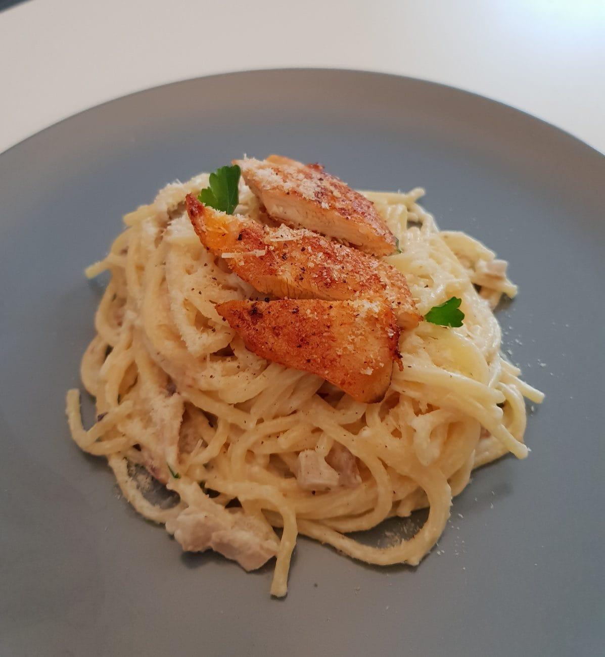 Piletina s tjesteninom u umaku od šampinjona i parmezana
