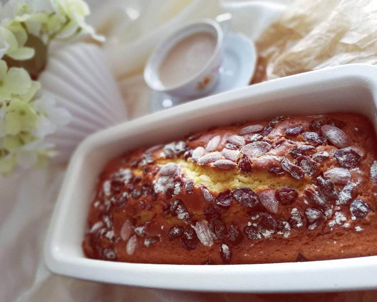 Kuglof sa sušenim brusnicama i bademima